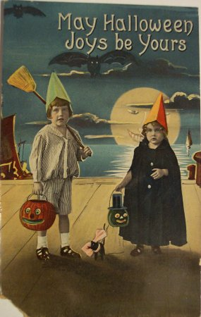 Creepy Halloween photos: Vintage Halloween postcard from 1940s/50s